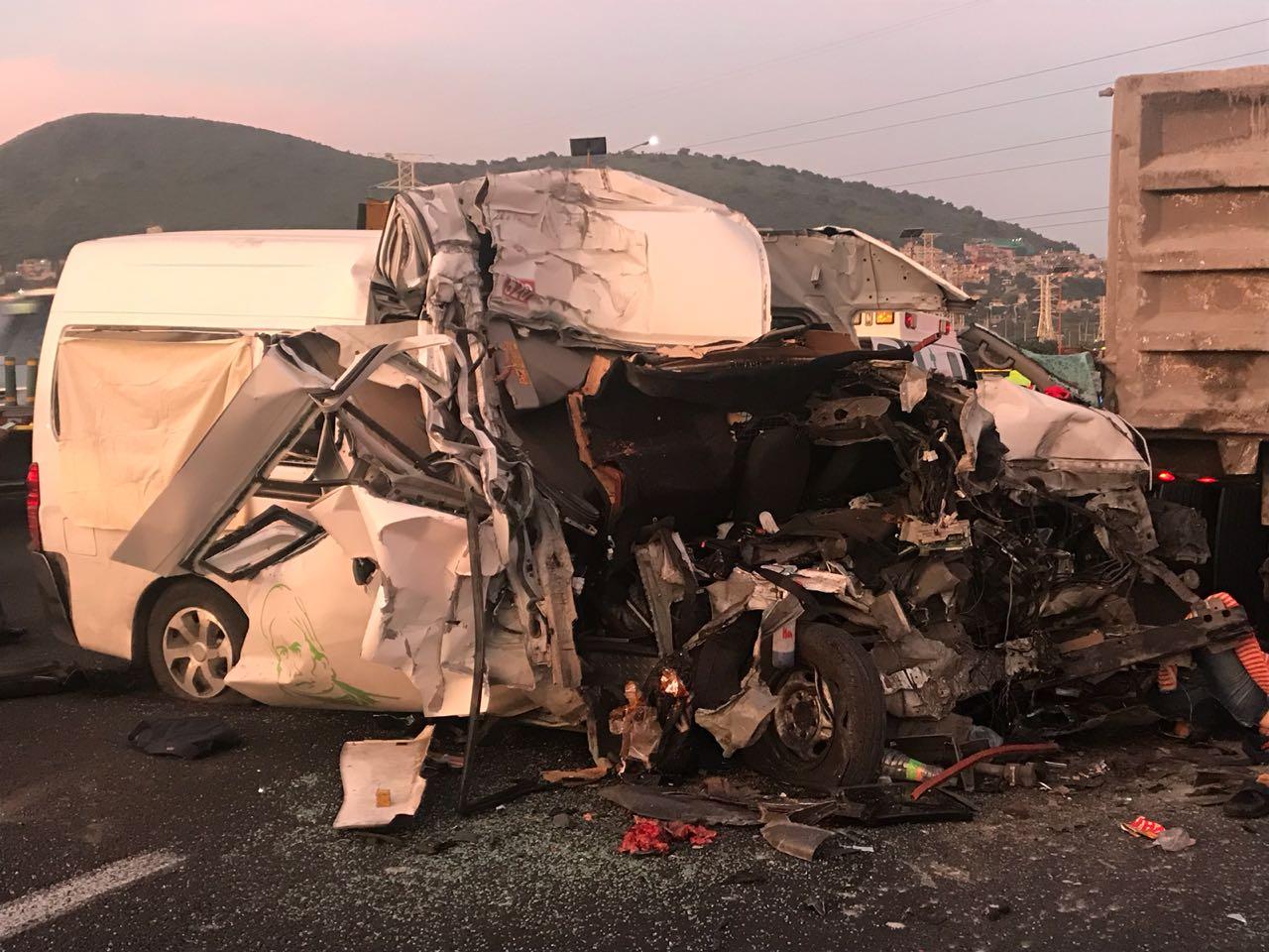 Se registra fuerte choque entre unidad de transporte público y un tractocamión en la autopista México-Pachuca