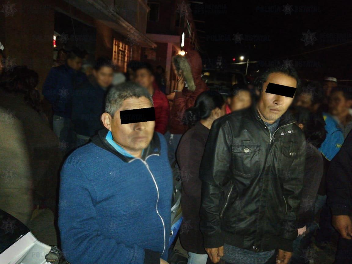 Policías estatales aprehenden a dos sujetos retenidos por pobladores de Almoloya de Juárez