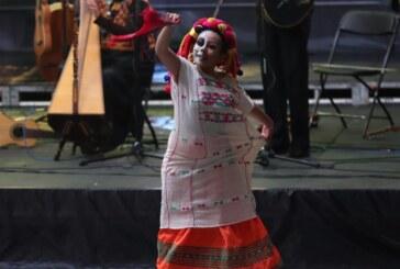 Presentan espectáculo de danza folclórica en el festival de las almas de Valle de Bravo