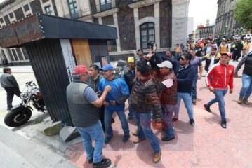 Inspectores municipales agreden a golpes a fotógrafos de prensa.