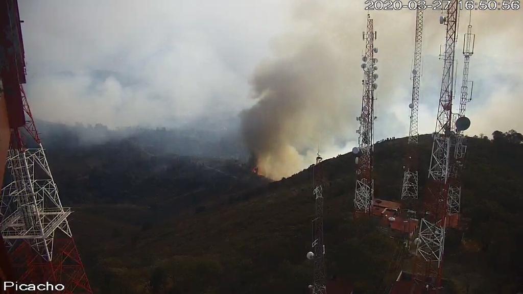 Trabajan combatientes para controlar el fuego en el parque estatal sierra de Guadalupe