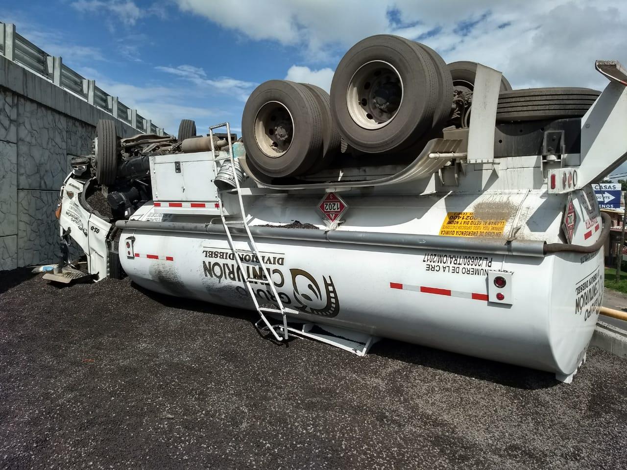 Vuelca una pipa cargada con 25 mil litros de diesel