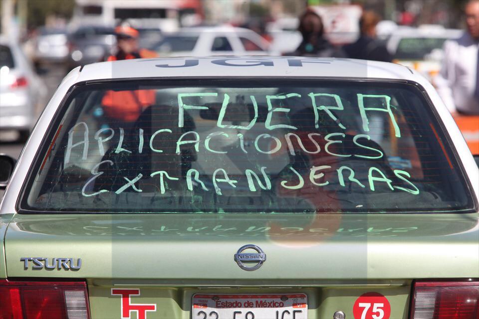 Taxistas presionan para retirar aplicaciones de transporte