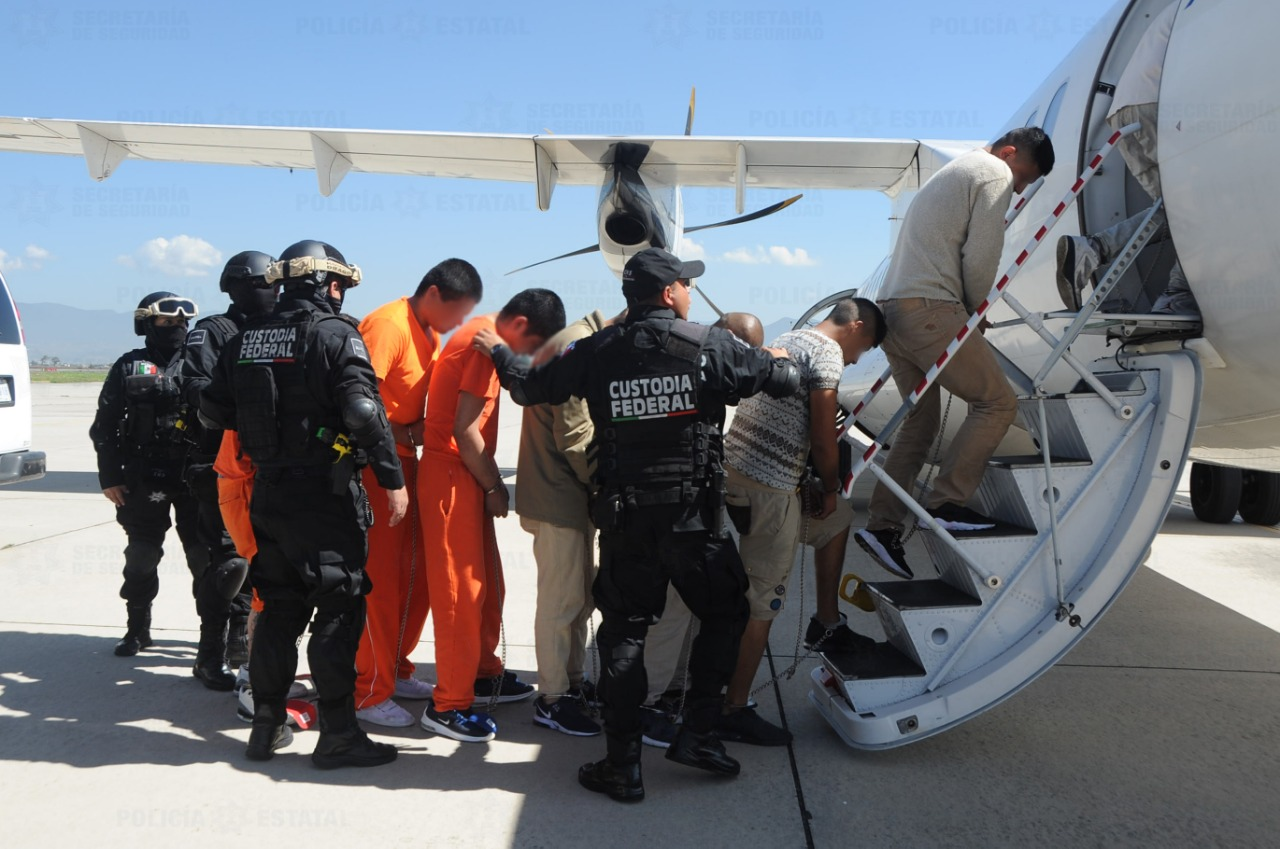 Trasladan a 109 reos, de centros penitenciarios del Edoméx, a penales federales