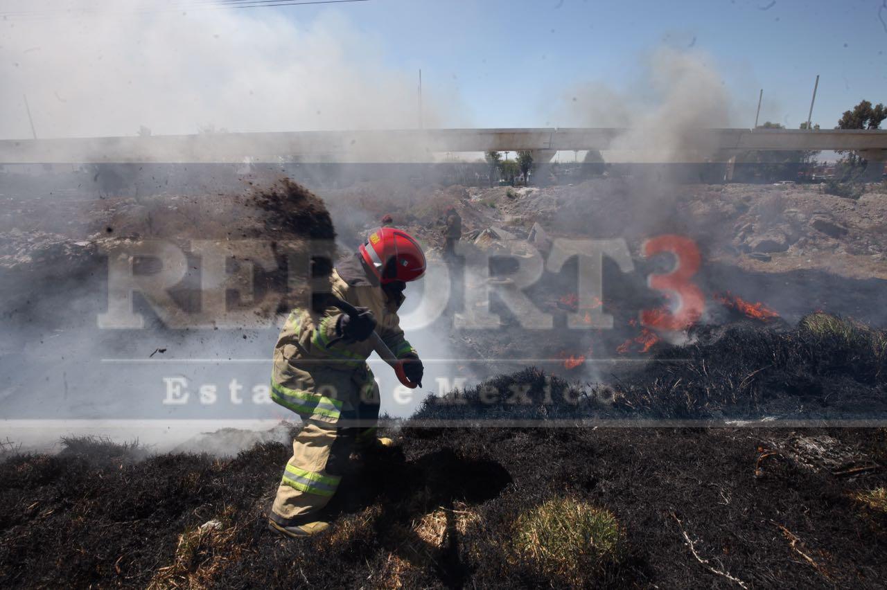 Se incendia un predio baldío en Metepec