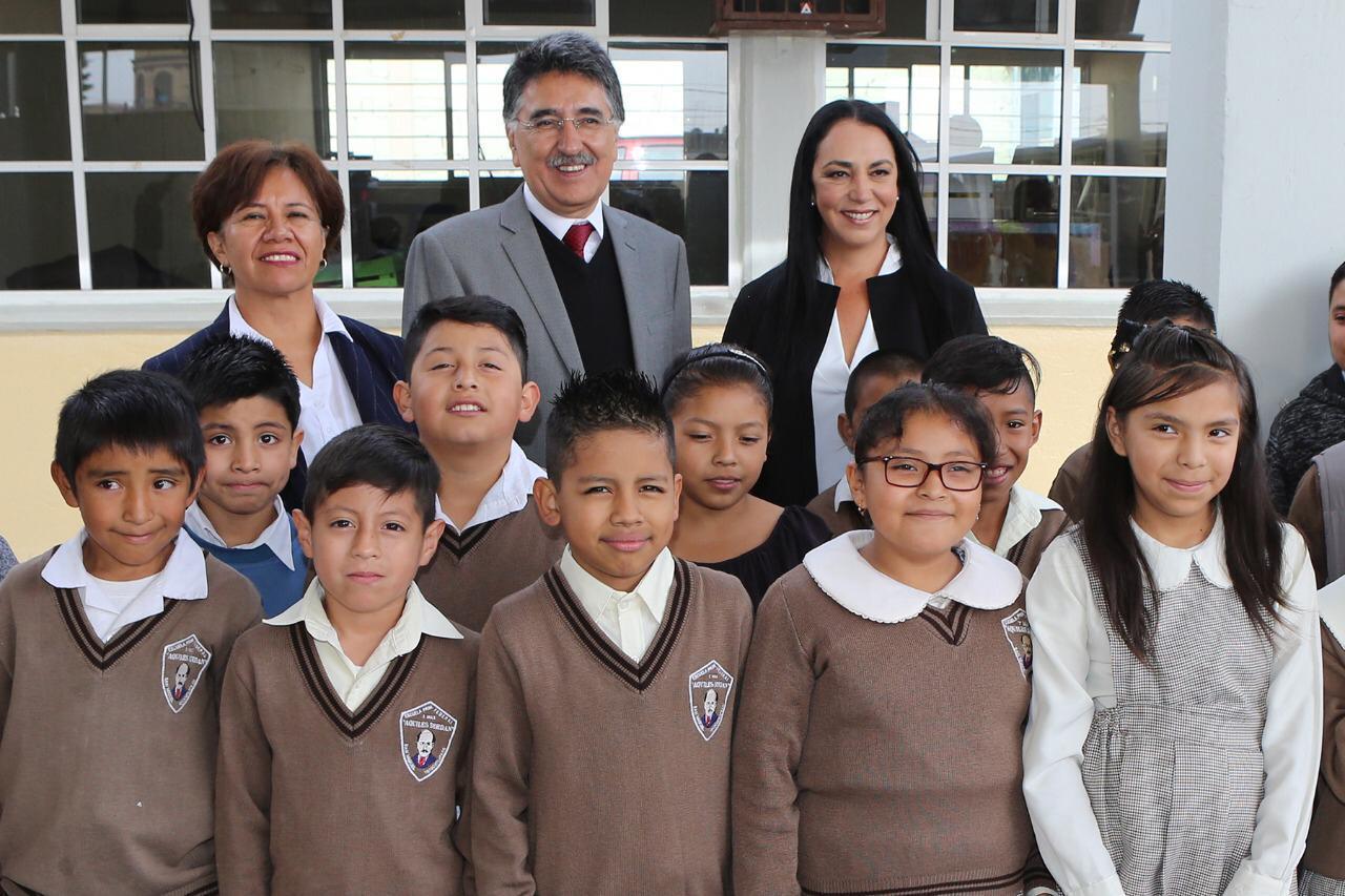 Niños y jóvenes son apoyados con becas en su educación: Gaby Gamboa
