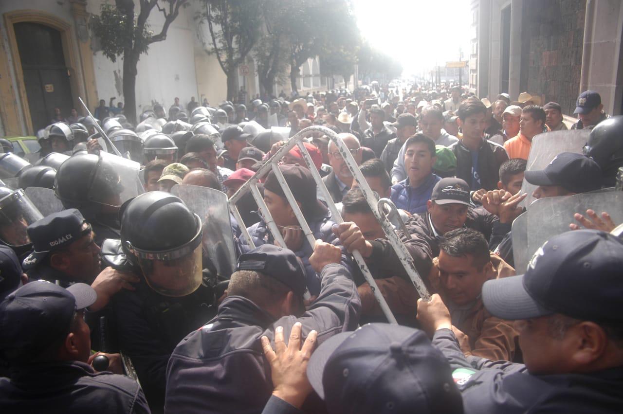 Se lían a golpes manifestantes y policías