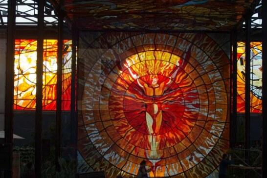 En el equinoccio de primavera el cosmovitral se inunda de luz a través de su arte.
