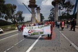 Bloquean comuneros afectados por el tren la carretera México Toluca