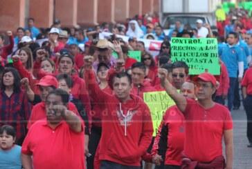 Se manifiestan trabajadores de Telmex en la capital estatal