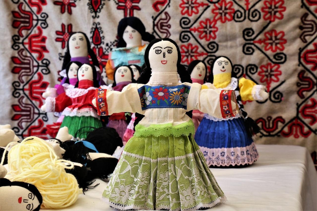 Ofrecen muñecas artesanales como opción para regalos navideños