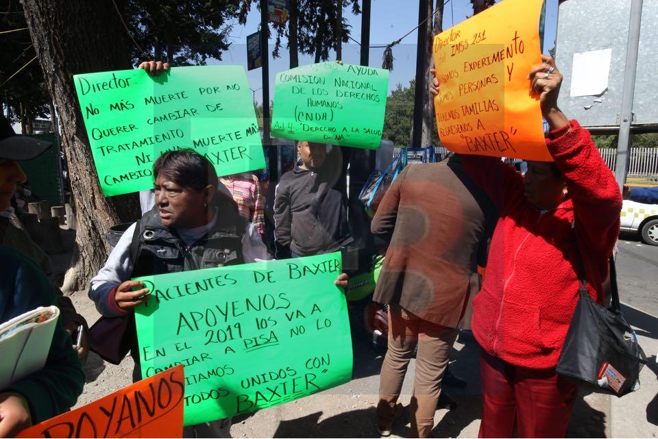 Se manifiestan pacientes dializados por cambio en medicamento, la empresa PISA acusada de corrupción en Guatemala y El Salvador.