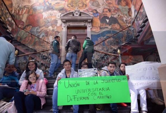 Se manifiestan alumnos en respaldo a Fermín Carreño