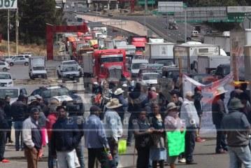 Cierran habitantes de Acazulco la carretera con dirección a la capital mexiquense