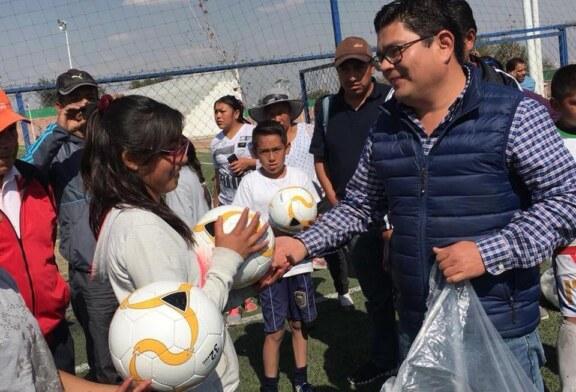 Ricardo Cortés tercer regidor de Metepec, entrega apoyo en diversas comunidades del municipio
